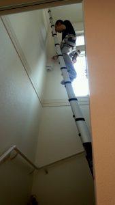 伸縮はしごを伸ばしてクロス補修